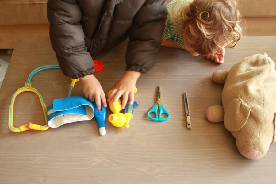 כלי רופא-משחק פרושים על שולחן