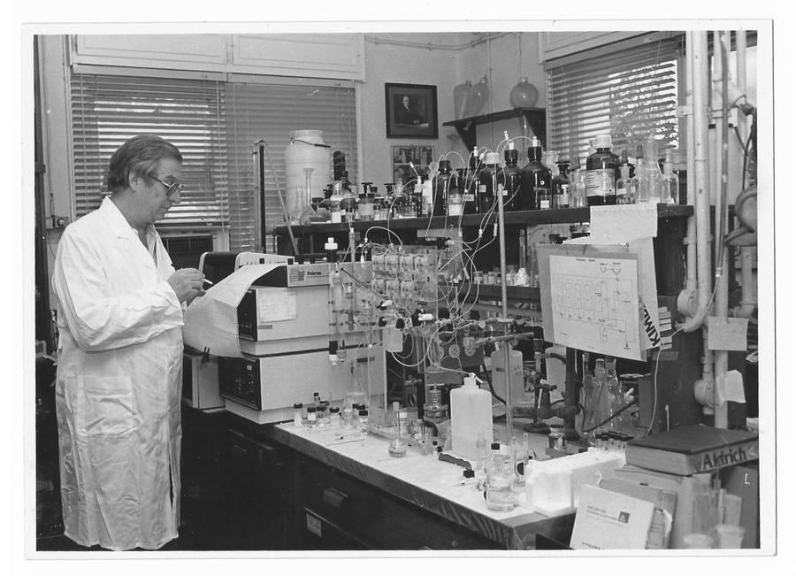 פרופסור אברהם פצורניק במעבדה עמוסת מבחנות ומכשירים