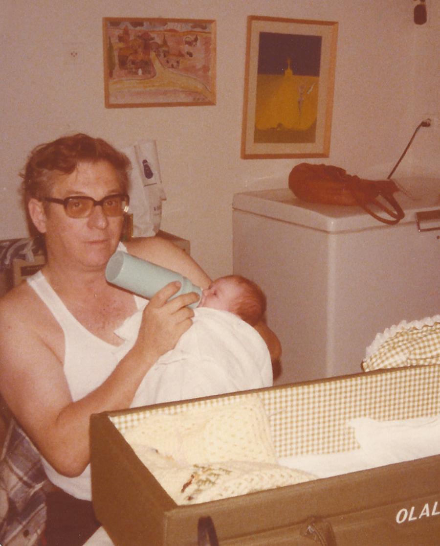 סבא מאכיל תינוקת מבקבוק