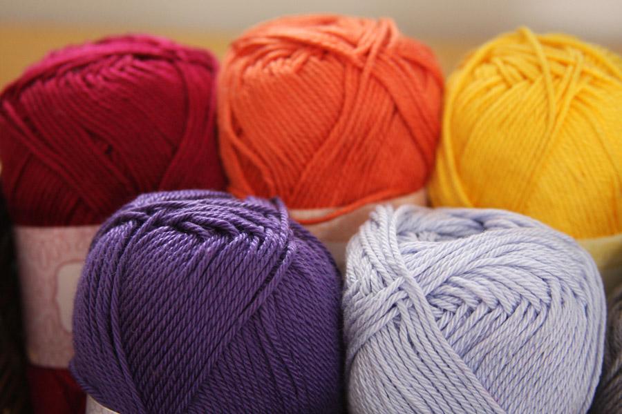 גלילים של חוטי צמר צבעוניים