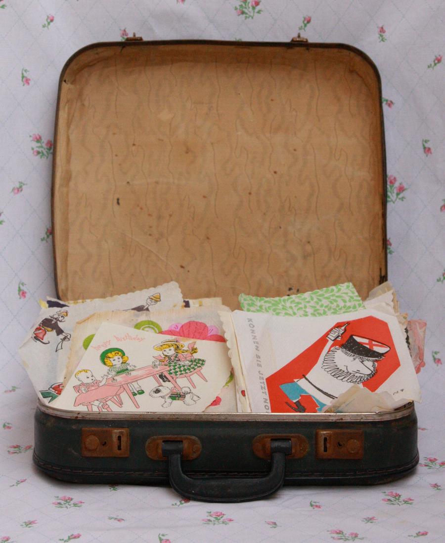 מזוודה ישנה עם אוסף מפיות