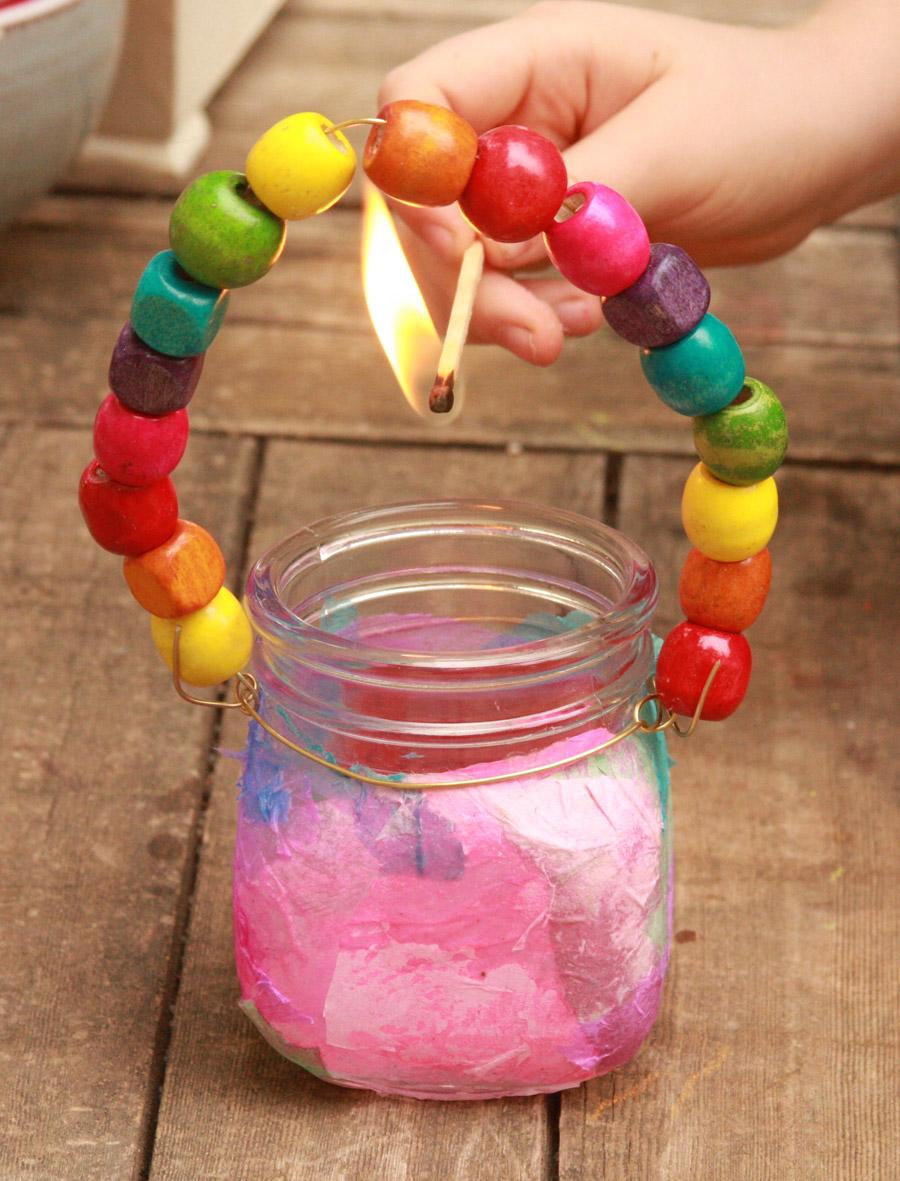 יצירה לילדים לחנוכה: איך להכין עששיות בצנצנת | פעילות לילדים | יצירה לחופש חנוכה | עששית בצנצנת | בלוג סימני דרך | naamasimanim.co.il