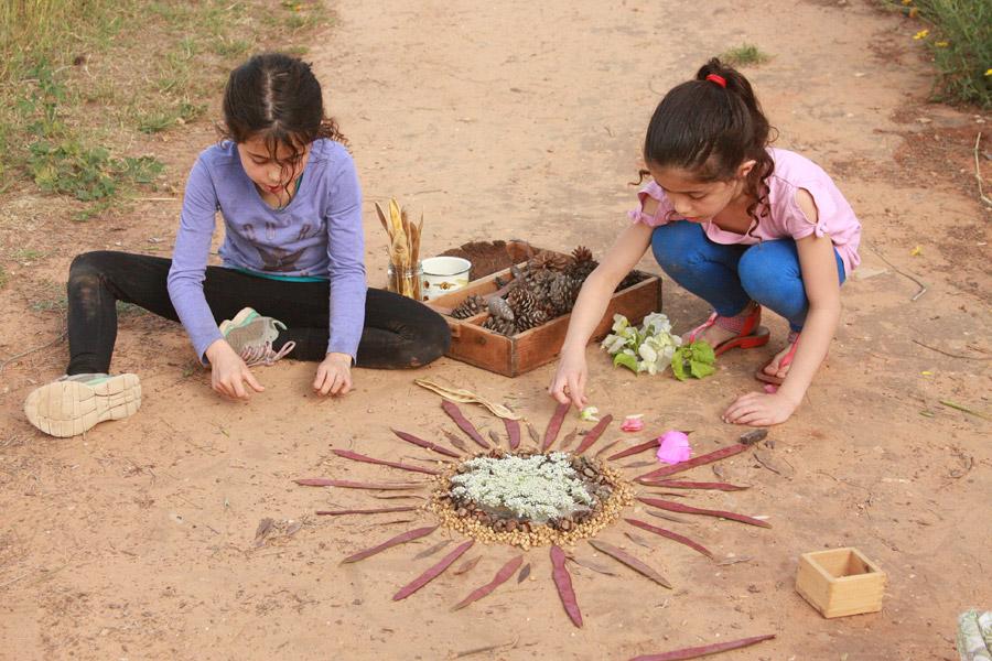 "https://naamasimanim.co.il / ""יצירה עם ילדים בטבע | פעילות עם ילדים בטבע | יצירה לילדים לחופש הגדול | מנדלה מחומרי טבע | מנדלת טבע | בלוג ""סימני דרך"