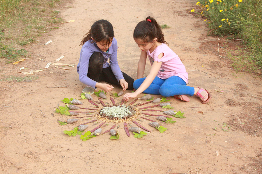 "http://naamasimanim.co.il / ""יצירה עם ילדים בטבע | פעילות עם ילדים בטבע | יצירה לילדים לחופש הגדול | מנדלה מחומרי טבע | מנדלת טבע | בלוג ""סימני דרך"