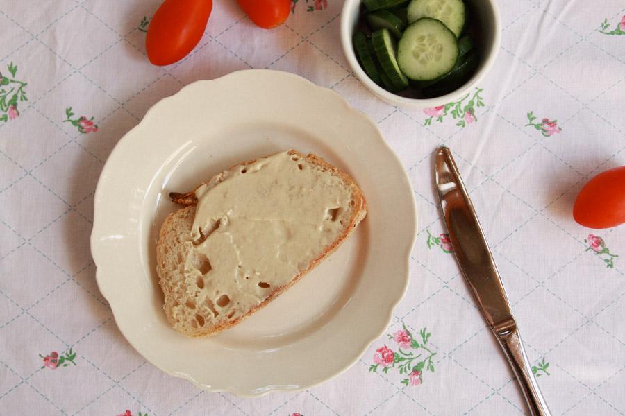 איך לגרום לילדים לאכול מגוון | ילד מול מגשי סנדוויצ׳ים | סנדוויץ׳ לבית ספר | הכנת סנדוויץ׳ לבית ספר | הבלוג של נעמה מגשימת מתנות | naamasimanim.co.il