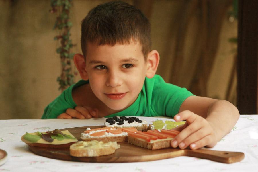 איך לגרום לילדים לאכול מגוון | ילד מול מגשי סנדוויצ׳ים | סנדוויץ׳ לבית ספר | מגש סנדוויצ׳ים | הבלוג של נעמה מגשימת מתנות | naamasimanim.co.il