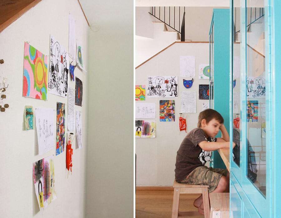 שיפוץ פינת עבודה לילדים | פינת עבודה ויצירה | ילד יושב ומצייר | קיר סלוטקסט לתליית עבודות | בלוג סימני דרך | naamasimanim.co.il