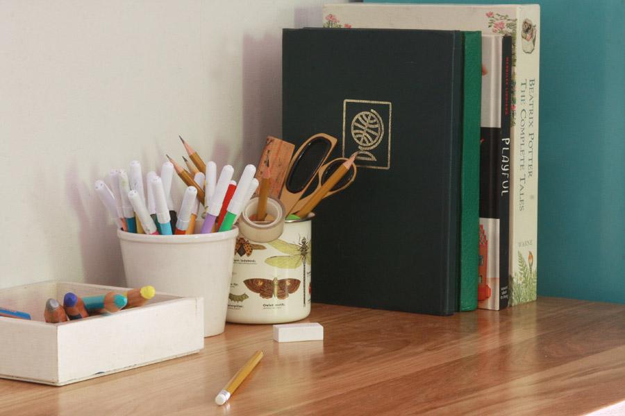 שיפוץ פינת עבודה לילדים | פינת עבודה ויצירה | ספרים וכלים עם טושים וגירים | בלוג סימני דרך | naamasimanim.co.il