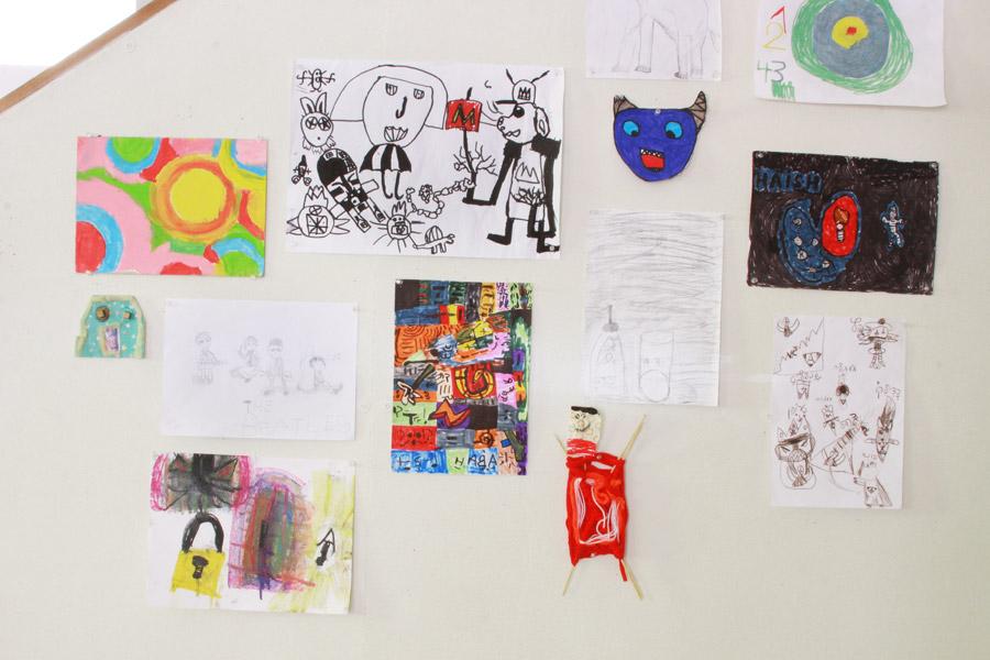 שיפוץ פינת עבודה לילדים | פינת עבודה ויצירה | קיר סלוטקסט לתליית עבודות של ילדים | בלוג סימני דרך | naamasimanim.co.il