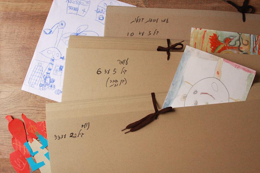 שיפוץ פינת עבודה לילדים | פינת עבודה ויצירה | תיקיות קרטון לאחסון ציורי ילדים | בלוג סימני דרך | naamasimanim.co.il