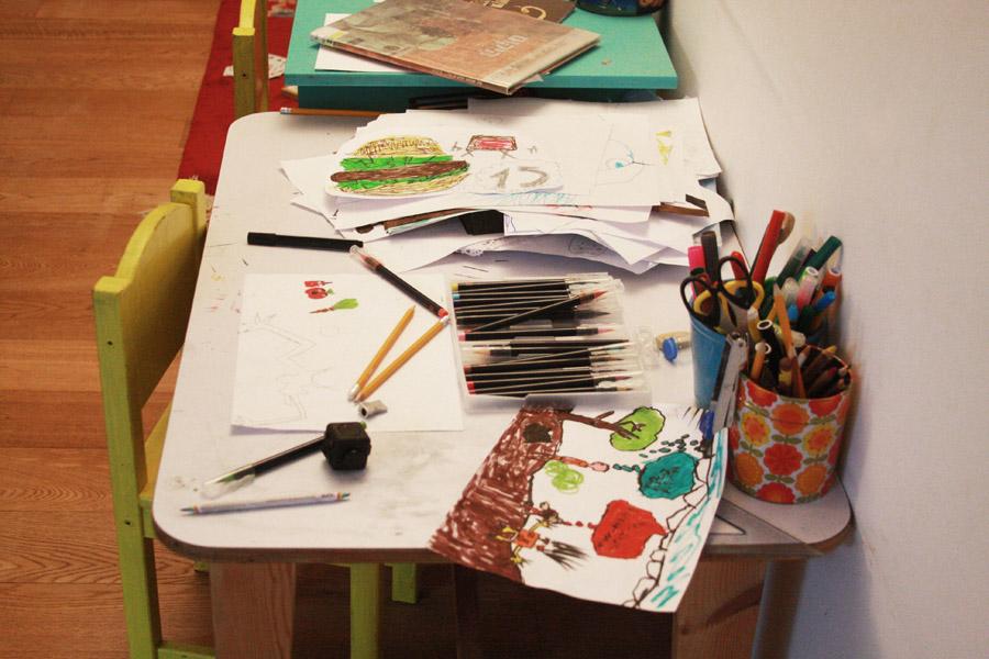 שיפוץ פינת עבודה לילדים | תמונות לפני | פינת עבודה עמוסה ומבולגנת