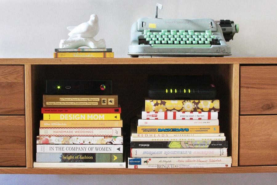 שיפוץ בית | הום סטיילינג | קונסולה לטלוויזיה | אחסון ספרים | סטייליניג: קרן בר | בלוג סימני דרך | naamasimanim.co.il