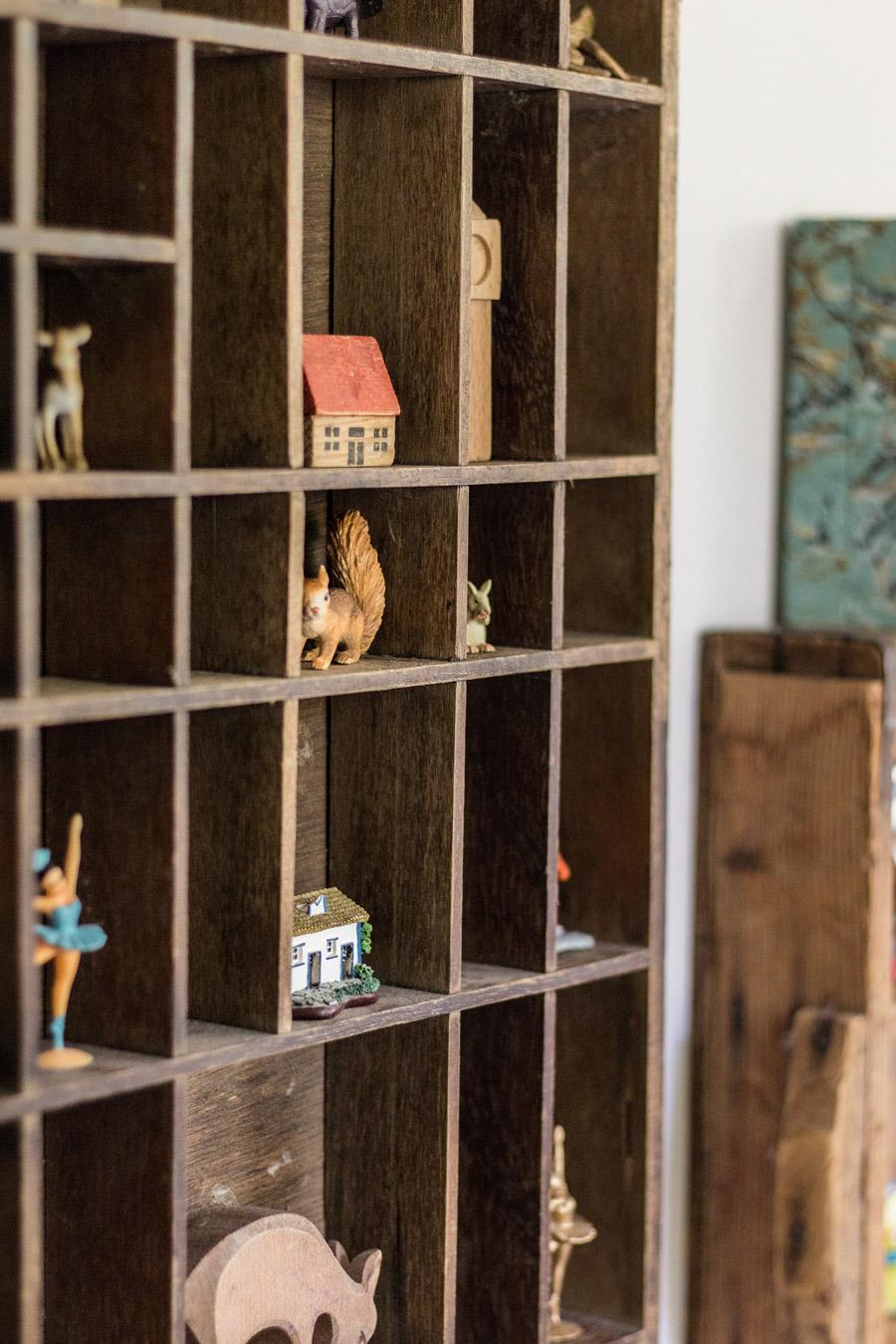 סטיילינג חדר ילדים | בית עץ עם דמויות | עיצוב וסטיילינג: קרן בר | צילום: שירה גנני | בלוג סימני דרך | naamasimanim.co.il