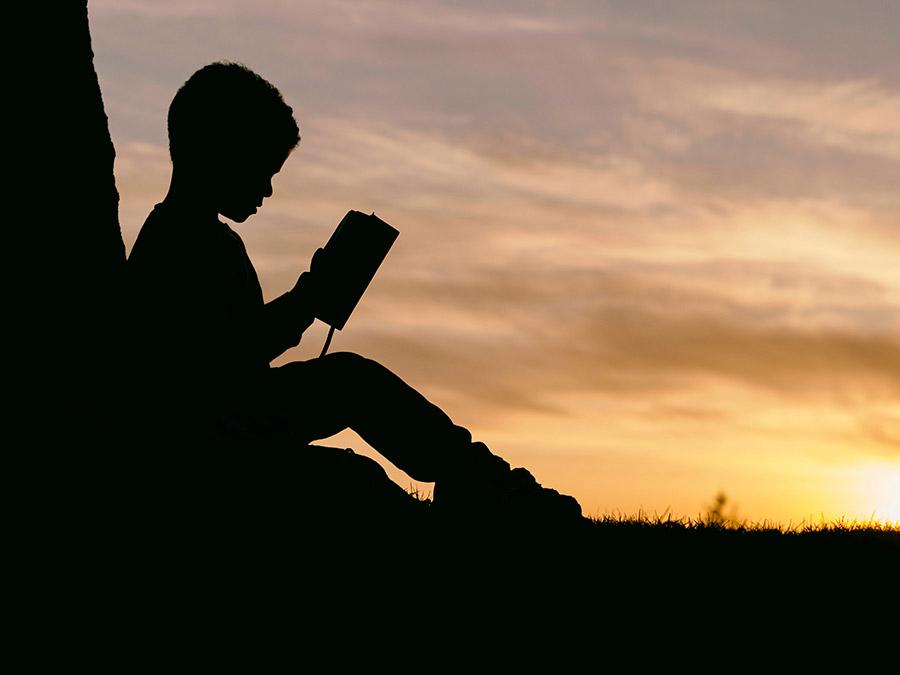 המלצות על ספרי ילדים | ספרי ילדים מומלצים | ילד יושב וקורא ספר | בלוג סימני דרך | naamasimanim.co.il