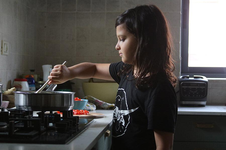פעילויות לילדים בתקופת הקורונה | יצירה עם ילדים | תכנון אירועים עם ילדים | ילדים מבשלים | בישול עם ילדים | ילדים עצמאים במטבח | ילד מבשל | הבלוג ״סימני דרך״ | https://naamasimanim.co.il/