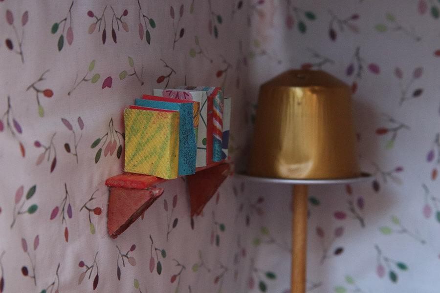 פעילויות לילדים בתקופת הקורונה | יצירה עם ילדים | הכנת בית בובות לילדים מארגז ירקות | בניית בית בובות | איך בונים בית בובות | בית בובות מקרטון | הבלוג ״סימני דרך״ | https://naamasimanim.co.il/