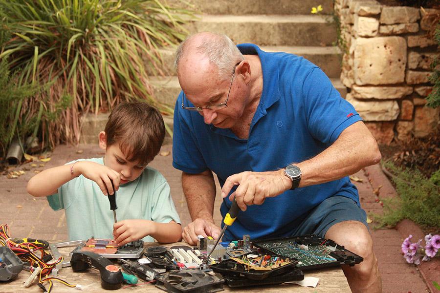 אלקטורניקה עם ילדים | פעילות עם חשמל לילדים | יצירה עם ילדים | איך לגדל ילדים עצמאים | הורות יצירתית | הבלוג ״סימני דרך״ | https://naamasimanim.co.il/