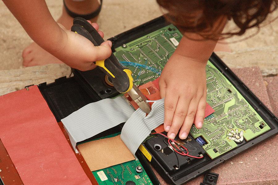 פעילות לילדים | אלקטרוניקה לילדים | פעילות סבא נכדים | פינת פירוק והרכבה | לתת לילדים לקחת סיכון | ילדים מפרקים מכשירי חשמל | הבלוג ״סימני דרך״ | https://naamasimanim.co.il/