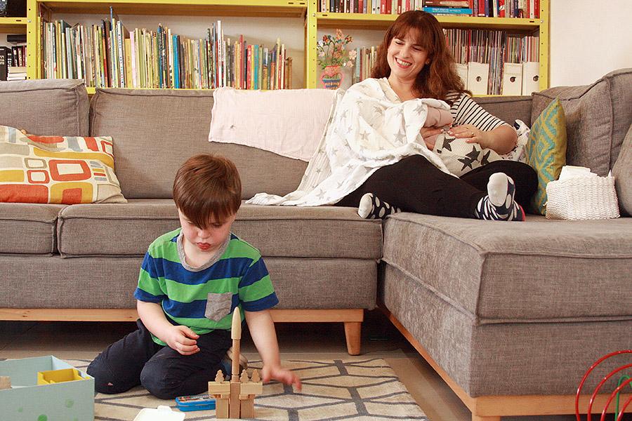 הטיפ שעזר לי בחופשת לידה | ערכה לאח גדול | ילד משחק על השטיח| naamasimanim.co.ilבלוג סימני דרך |
