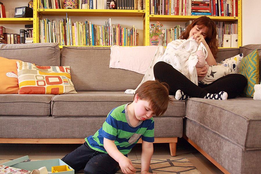 מתנה ללידה | הטיפ שעזר לי בחופשת לידה | ערכה לאח גדול | ילד משחק על השטיח | naamasimanim.co.ilבלוג סימני דרך | ערכה לאח גדול | ילד משחק על השטיח | אמא מניקה | אמא מטפלת בתינוקת | naamasimanim.co.ilבלוג סימני דרך |