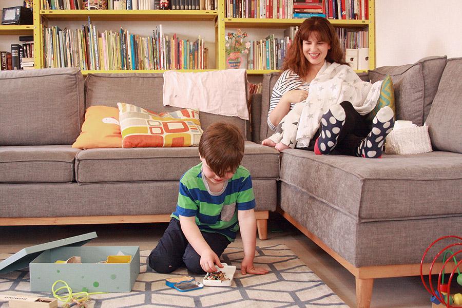 מתנה ללידה | ערכה לאח גדול | ילד משחק על השטיח | אמא מניקה | אמא מטפלת בתינוקת | naamasimanim.co.ilבלוג סימני דרך |