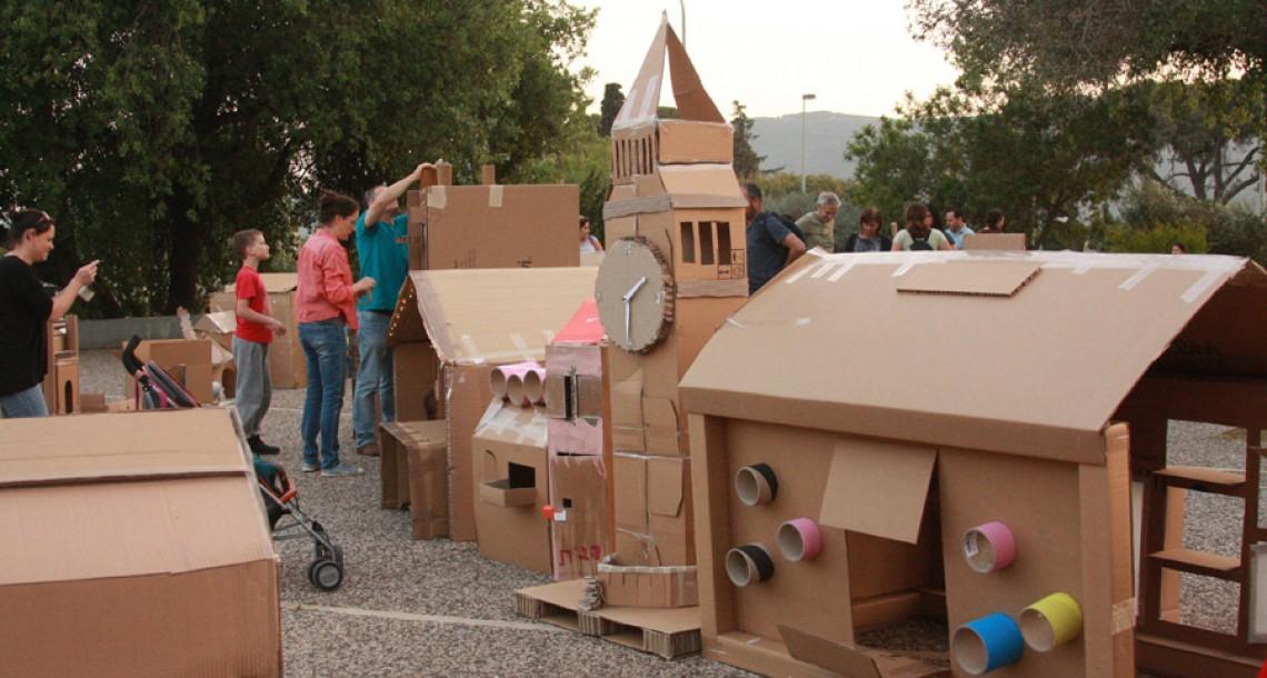 קהילה שלמה בונה עיר מקרטון