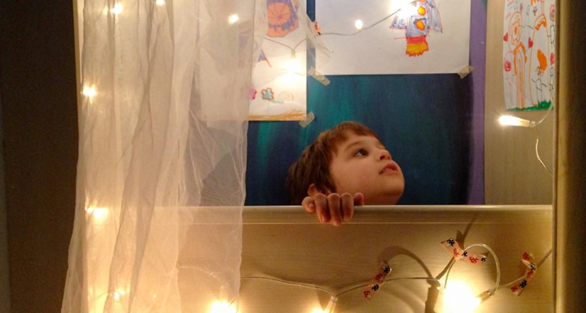 שְׁנֵי אוֹרוֹת בַּלַּיִל: משחקים של אור וחושך